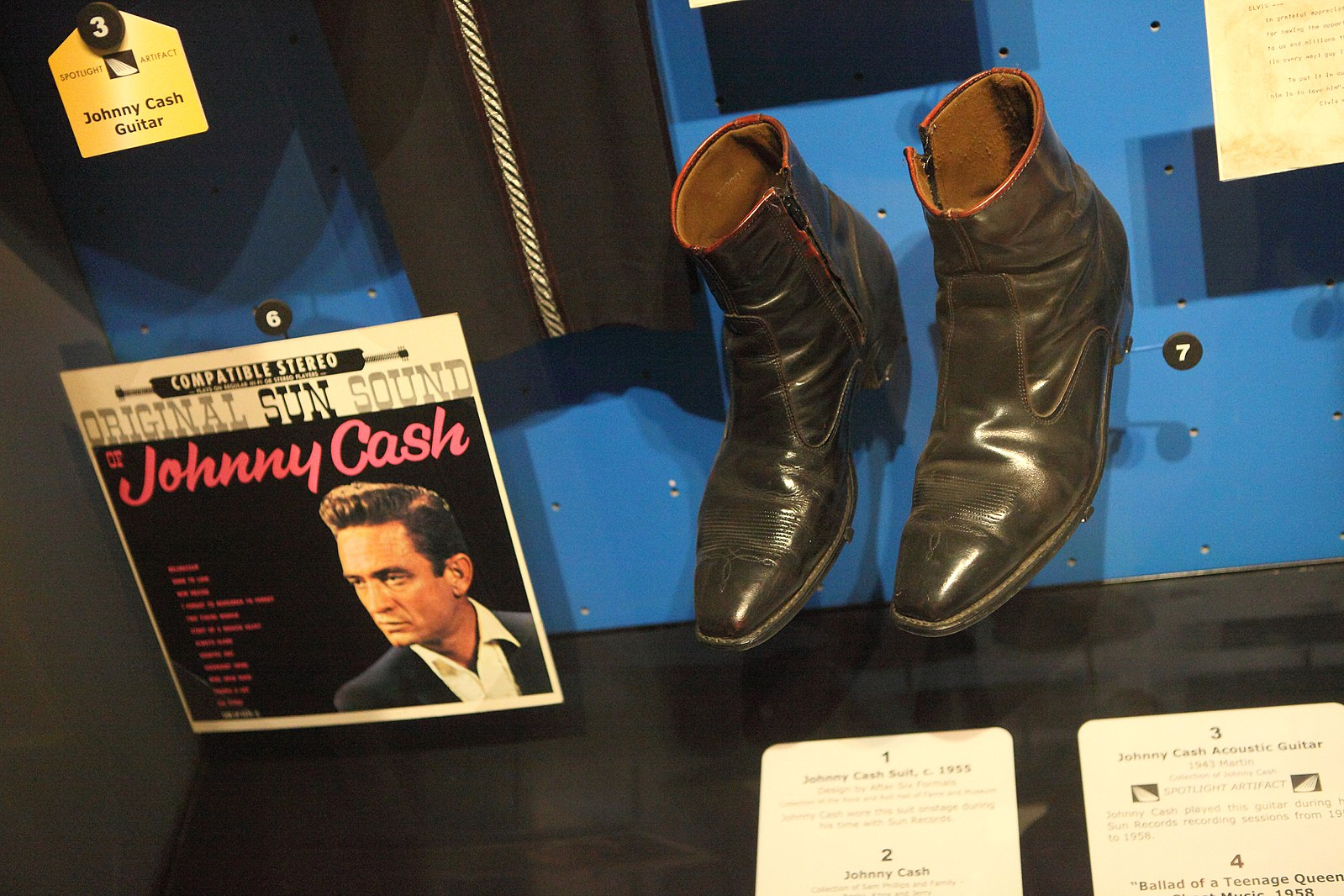 1599px-Johnny_Cash's_Boots_-_Rock_and_Roll_Hall_of_Fame_(2014-12-30_12.15.27_by_Sam_Howzit).jpg