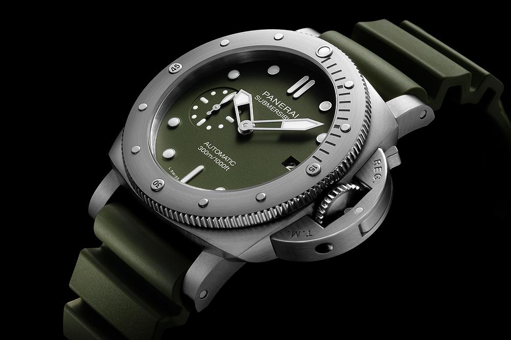 Panerai_Submersible_Verde_Militare_PAM01055_angle_1000.jpg