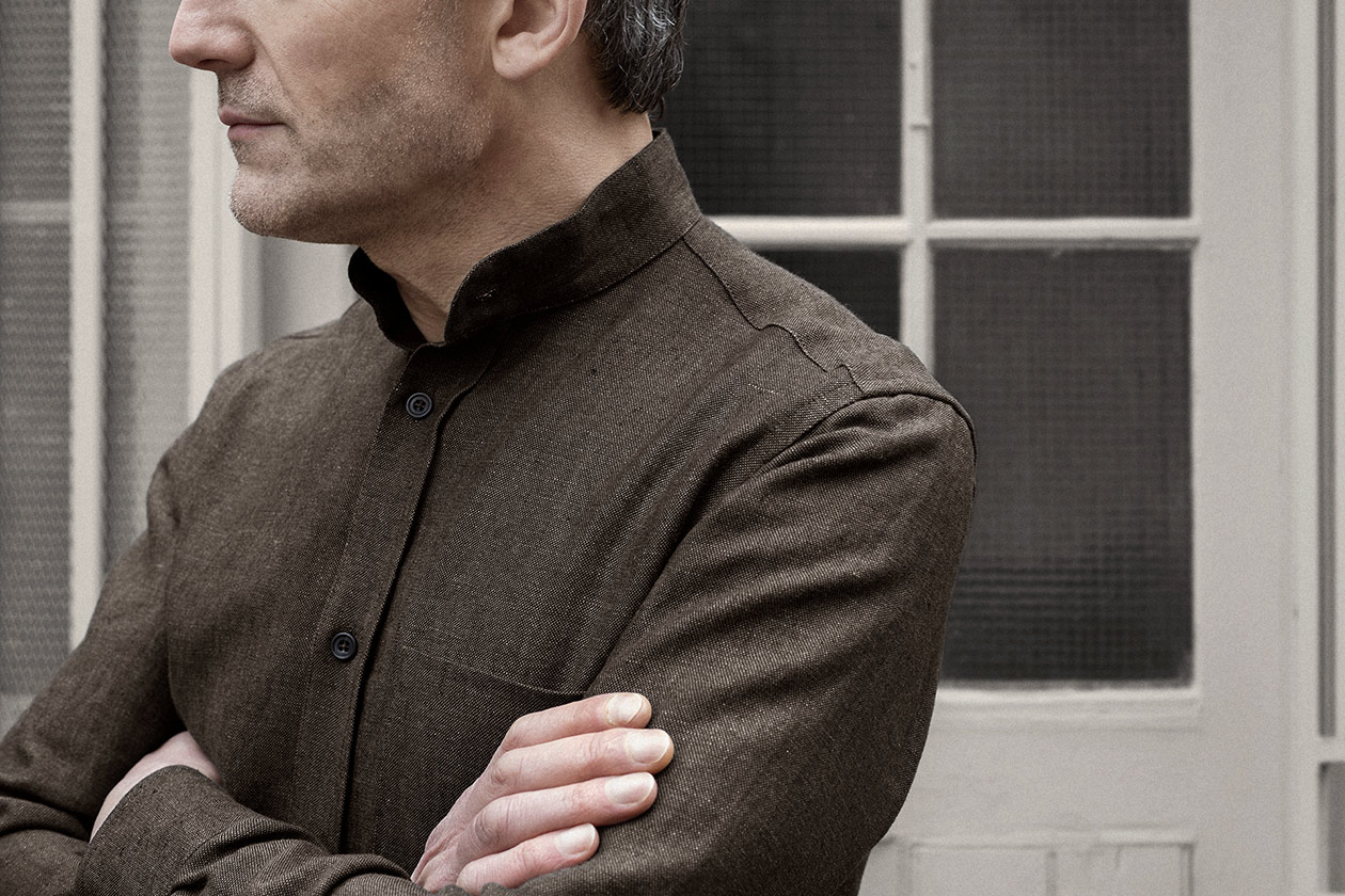 shirt-granddad-linen-oxford-bister-worn-2s@2x.jpg