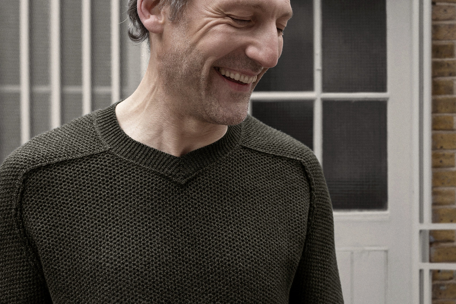 v-neck-sweater-cotton-seaweed-green-worn-1@2x.jpg