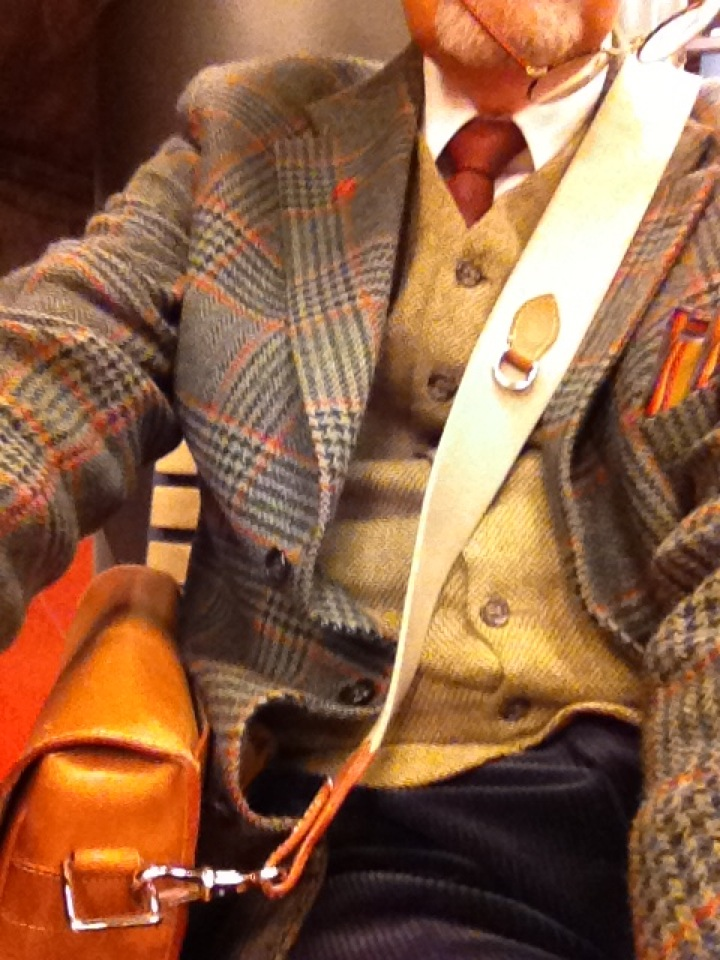 All is bought second hand in Sweden: Jacket $ 64,waistcoat $ 7, trousers $ 8, shirt $ 7, tie $ 7. Total outfit for 93 USD. But the bag is new $ 700.
